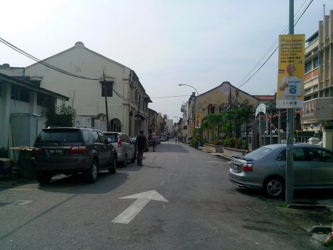 Узкая улица с машинами