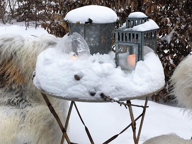 Forhagen - det er vinterstemning på brosteins-sirkelen. Nærbilde av sittegruppen på sirkelen IMG_4426 (2)-min