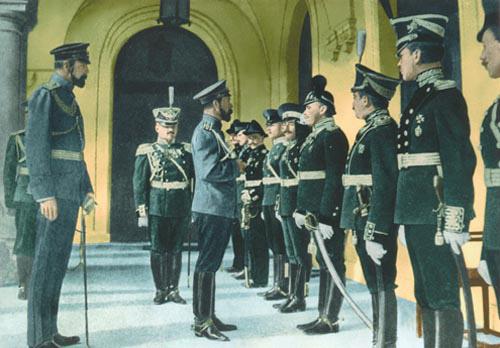 Николай II и выпускники Севастопольской авиашколы. Ноябрь, 1910 г.