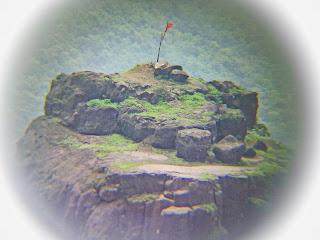 Калавантин Дург — это единственный старинный индийский форт, дошедший до наших дней, расположенный недалеко от Мумбаи. Он представляет собой величественное сооружение, возвышавшееся на одинокой 80-метровой скале.  Чтобы подняться к форту придется идти по узенькой тропинке, петлявшей среди скалистого ущелья, ступая по выдолбленным в породе неровным ступеням. Согласно археологическим данным, дата постройки форта — около 530 года до нашей эры, еще во времена Будды. Однако, форт Калавантин Дург выглядит не так монументально, как звучит. Он представляет собой всего лишь небольшую пещерку, прорубленную в неподдающейся породе скалы.  Как правило, любое старинное строение сопровождает легенда. Так и с фортом Калавантин Дург. Существует история, согласно которой форт построен специально в честь принцессы Калавантин. Правда, никаких исторических доказательств этой истории не существует. Туристическая тропа достаточно сложная для восхождения, однако, она того стоит. Мало того, что путешественникам обеспечен выброс адреналина, в дополнение они получают возможность полюбоваться прекраснейшим пейзажем. Кстати, с его высоты можно увидеть даже Мумбаи.