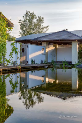 Sitzplatz am Schwimmteich mit Whirlpool - Gartenplanung Renate Waas