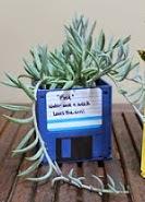 http://portaldemanualidades.blogspot.com.es/2013/07/macetas-hechas-con-diskettes-viejos.html