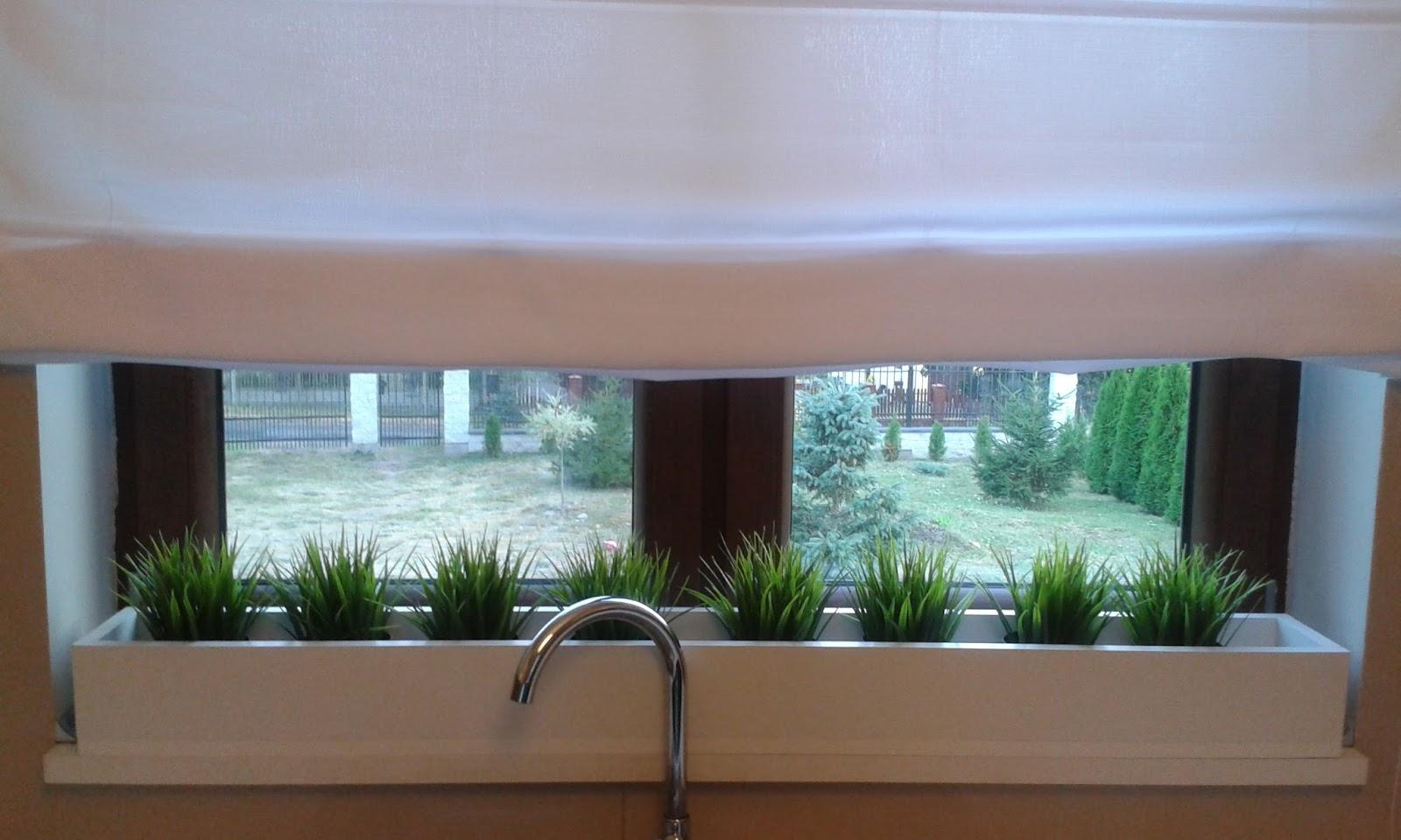 dekoracja okna w kuchni roleta rzymska nowoczesna