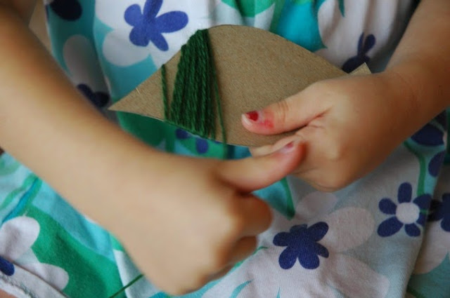 Fine motor fall craft for kids.  Soft and cozy yarn is a great sensory experience, too.  Great autumn activity for older toddlers, preschoolers, or elementary children.