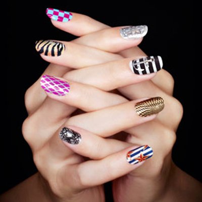 Nail art motif abstrak