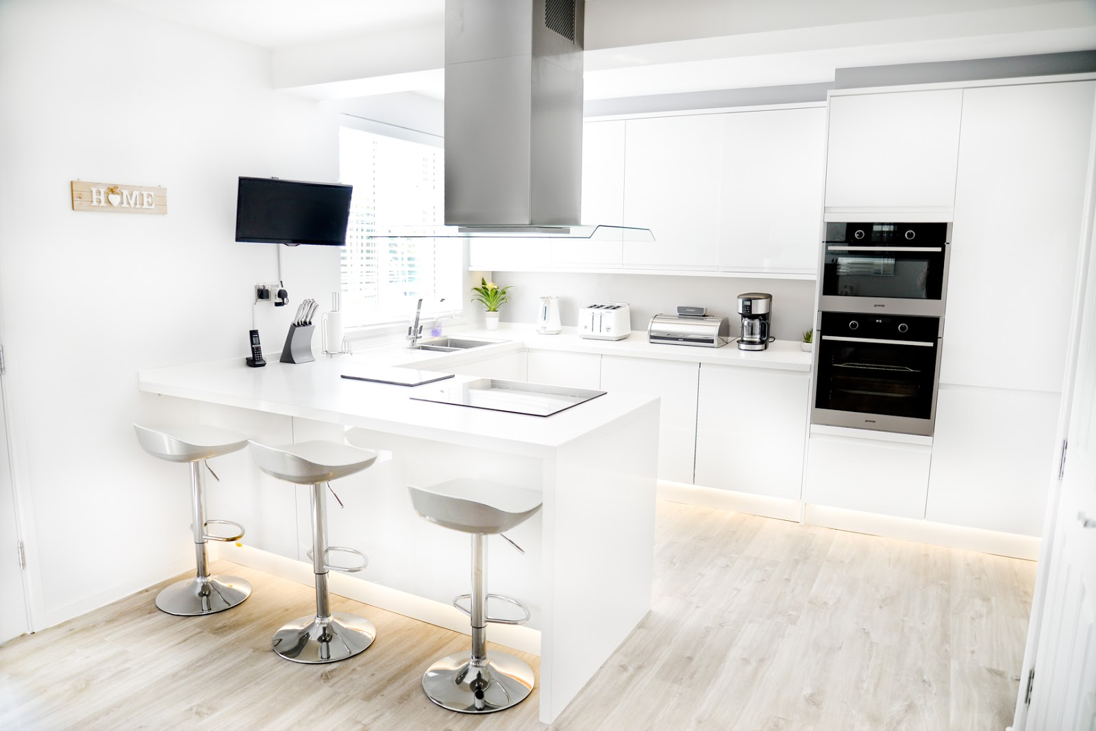 white modern Scandinavian style kitchen diner, modern white kitchen, modern rustic kitchen, howdens clerkenwell gloss kitchen