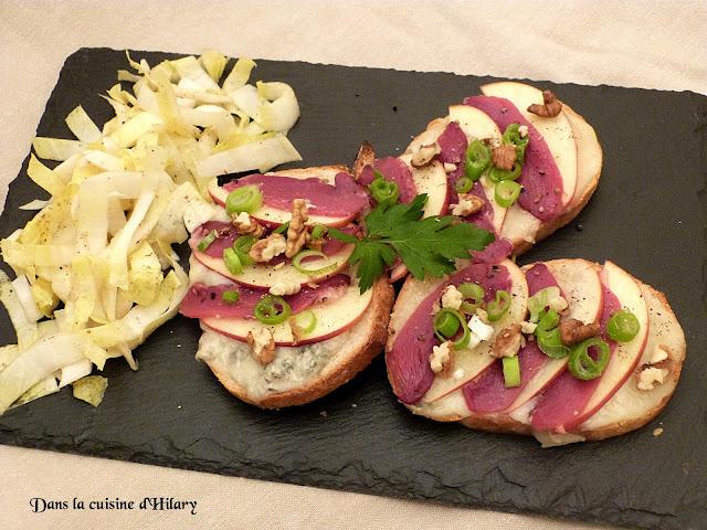 Bruschetta au gorgonzola, magret de canard séché, pomme et noix