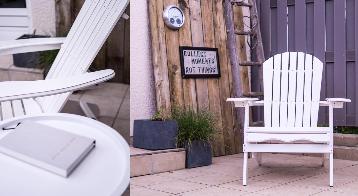 Blog + Fotografie by it's me! | fim.works | Bunt ist die Welt | Garten im Juni 2016 | Terrasse mit Deko, Adirondack Chair und Pflanzkübeln | weiße Gartenmöbel