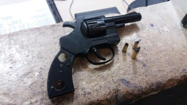 Polícia apreende menor com arma após tentar roubar bolsa de mulher na zona leste