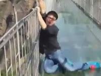 Reaksi Orang-orang Ketakutan Saat Melintas Jembatan Kaca