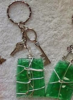 http://handbox.es/paso-a-paso-de-unos-llaveros-realizados-reciclando-botellas-de-plastico-keychain-made-out-of-recycled-plastic-bottles