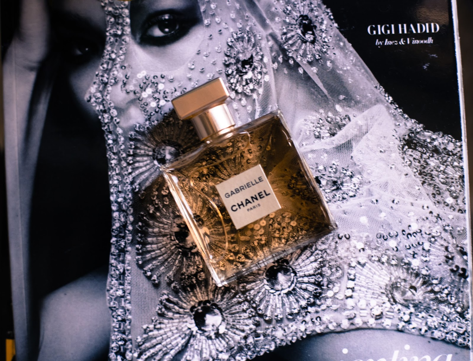 779ef3722 قبل ١٥ سنة أطلقت شانيل عطر نسائي شانيل شانس وبعدها كل عطوراتها كانت موجه  للجنسين واخيرا بعد ١٥ سنة خصت النساء بالاصدار الجديد. Gabrielle by Chanel