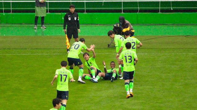 Breaking a run of bad form: Jeonbuk Hyundai Motors take the lead against vistiors Seongnam FC with a Ricardo Lopes strike.  (Photo Credit: Howard Cheng)