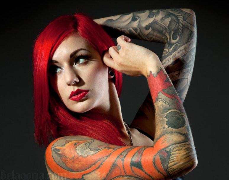 Un tatuaje de zorro en el brazo de una mujer
