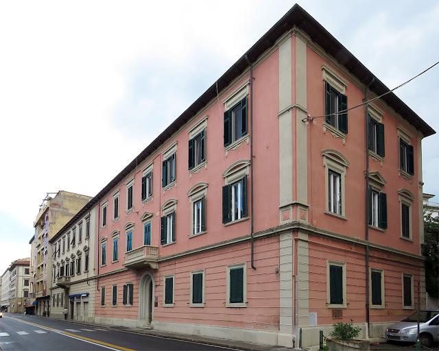 Palazzi gemelli, differenti colori, via Marradi, Livorno