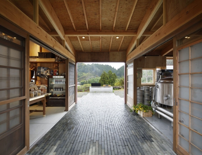 05-Kamikatz-Public-House-a-Pub-in-Japan-Built-out-of-Recycled-Materials-Hiroshi-Nakamura-&-NAP-www-designstack-co