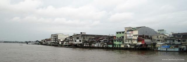 Melewati bangunan-bangunan tua saat menyusuri Sungai Kapuas menggunakan Kapal Wisata / Galaherang