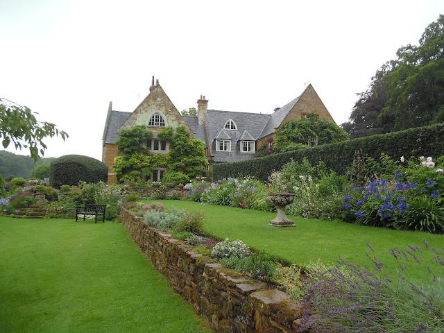 tarasy w ogrodzie, kamienny murek oporowy