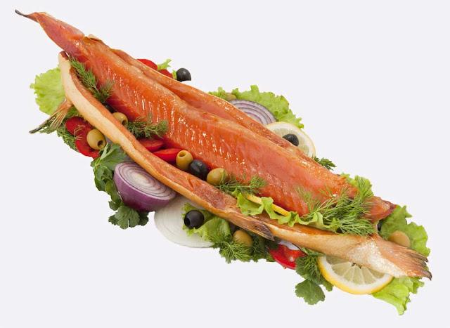 На 4 порции: Филе форели - 800 г; Лук репчатый - 1/2 штуки; Имбирь тертый - 1/2 столовой ложки; Чеснок - 1 зубчик; Помидор - 1 штука; Соус соевый - 1 столовая ложка; Лимон - 1 штука.