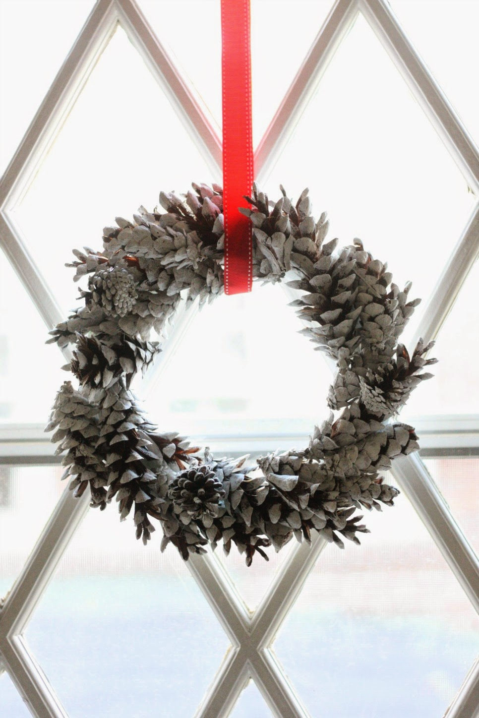 Chalky Pine Cone Wreaths | Pine Cone Decorating Ideas For The Holidays
