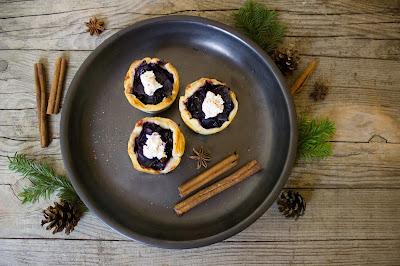 Blätterteigmuffins mit Rotkraut und Ziegenfrischkäse