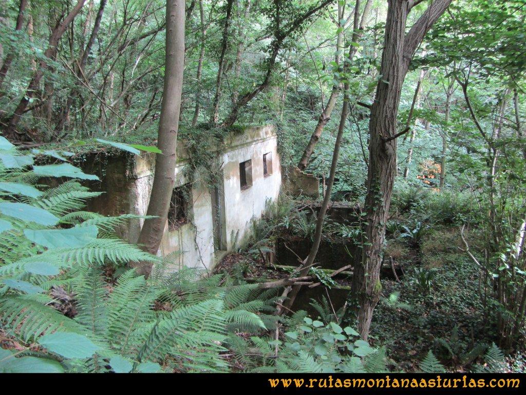 Ruta Cascadas Guanga, Castiello, el Oso: Ruinas de camino a las cascadas