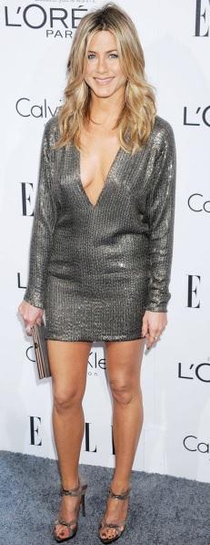 Foto de Jennifer Aniston con vestido escotado y plateado