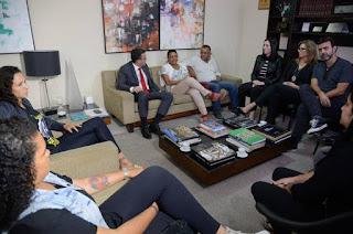 http://vnoticia.com.br/noticia/2633-chefe-de-policia-do-rio-promete-empenho-as-familias-de-marielle-e-anderson