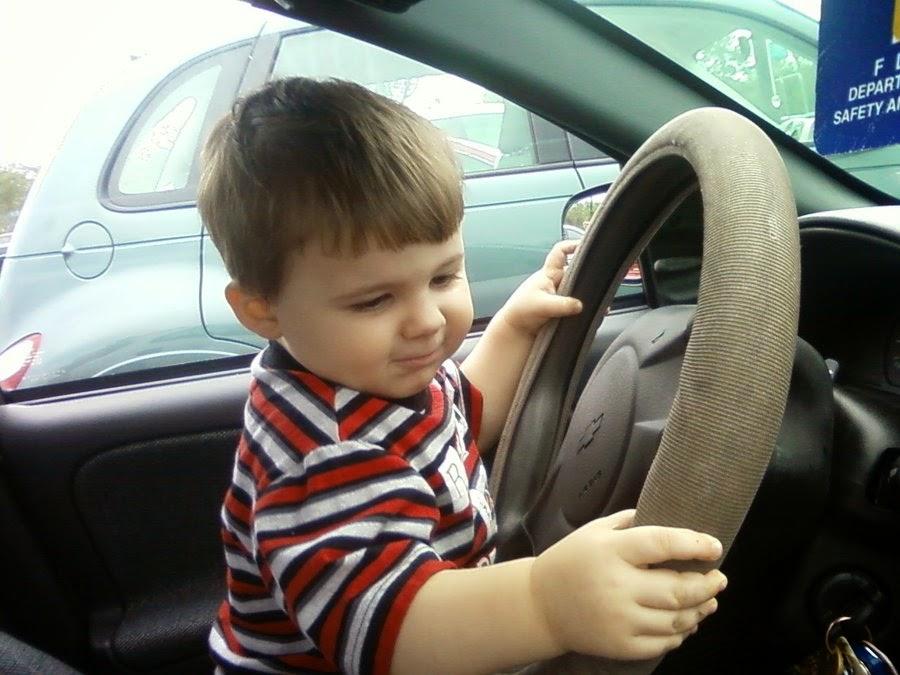Gambar bayi menyetir mobil gratis