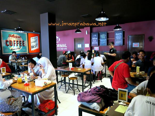 Suasana Makan di Dalam Warung Upnormal