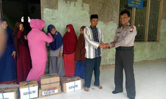 Silaturahmi ke Ponpes, Kapolsek Sinjai Timur Beri Bantuan Sembako