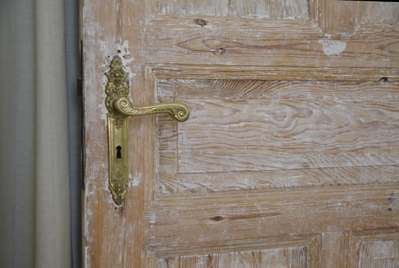 surowe drewniane drzwi po częściowej renowacji