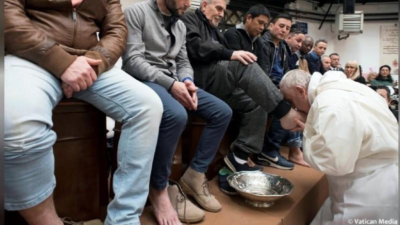Paus Fransiskus mencium kaki napi
