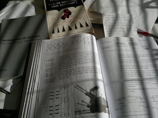 Elkraft och högspänning. På sidan syns böckerna som behövs i Filosofikursen jag också läser.