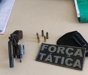 Em Caxias um homem com colete de mototaxista é detido com revólver no Cangalheiro