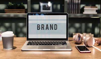 """Ordenador con la palabra """"brand"""""""