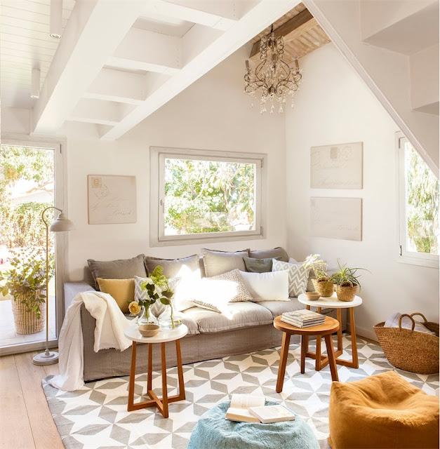 Una casa de estilo modernista con un interior de inspiración escandinava chicanddeco