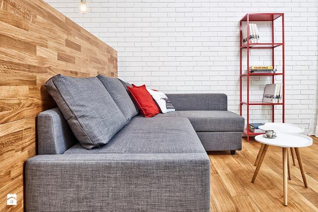canapea gri si accesorii rosi