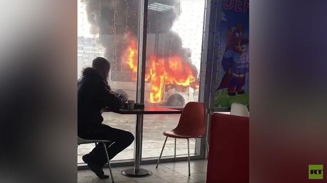 joven autobus cafe rusia llamas