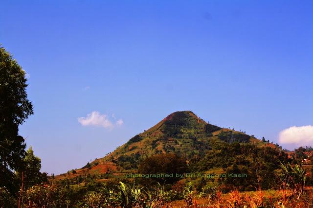 Gunung piramida Sadahurip.