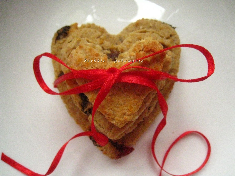 Walentynkowe ciasteczka z czerwonej soczewicy z bakaliami