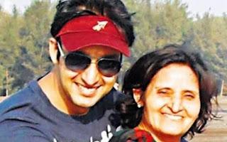 Foto Saurabh Raj Jain dengan Ibunya