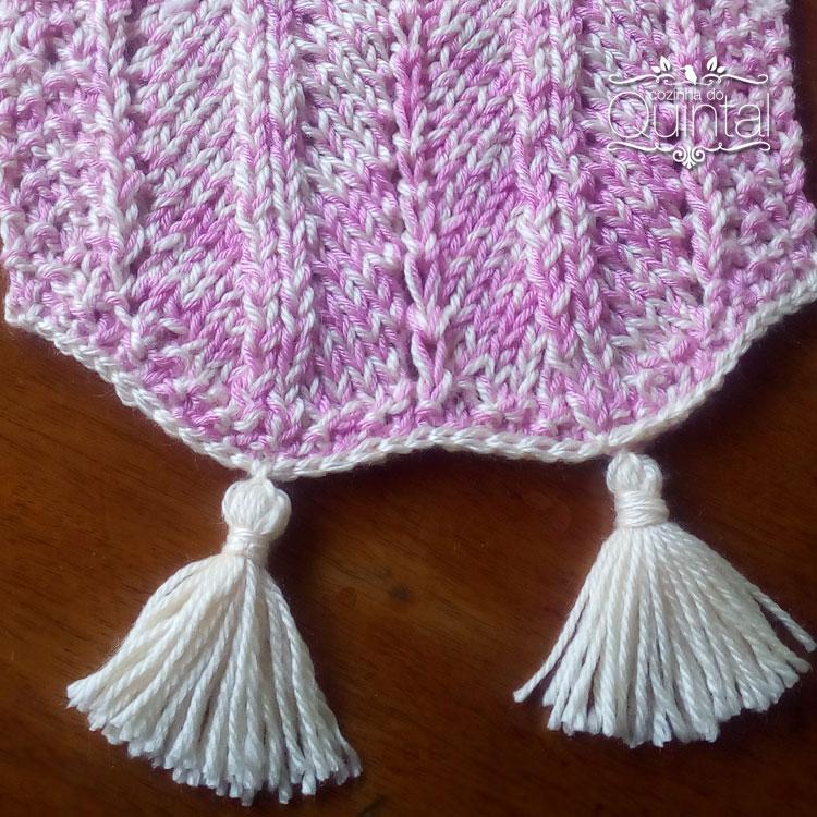 Fiz uma carreira de ponto baixíssimo em crochê para segurar os tassels,
