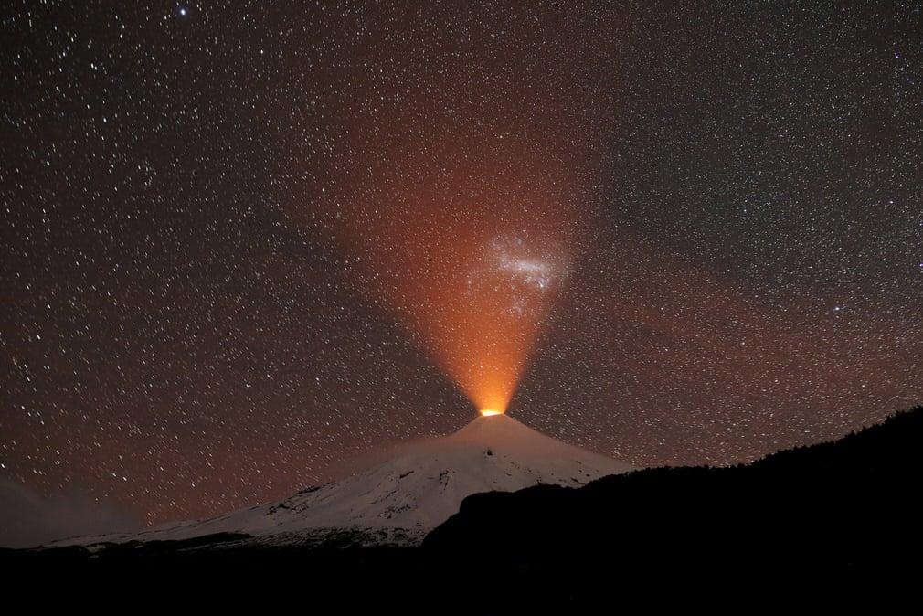 Вулкан Вильяррика освещает ночное небо