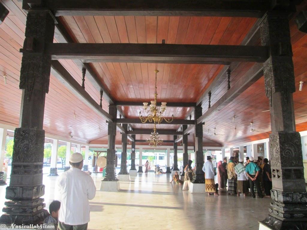 Delapan Soko Guru dibagian luar Masjid Agung Demak