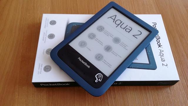 Czytnik PocketBook Aqua 2 połozony na pudełku