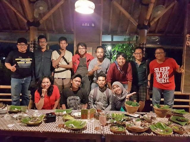 Foto bersama personil Jogja Gowes dengan Pak Yadi (ujung kanan kaos merah)