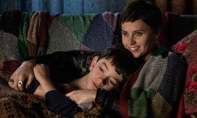Lewis MacDougall (Conor) y Felicity Jones (madre de Conor)