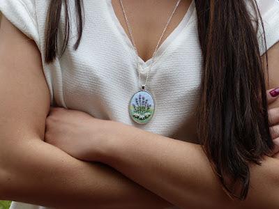 haft lawenda, wyszywana lawenda, biżuteria z haftem, embroidering, handmade jewerly, medalion z haftem, haftowany naszyjnik, embroidered pendant, Lavender necklace,