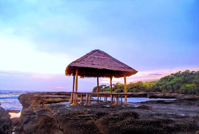 Pemandangan di Pantai Cicalobak cukup keren
